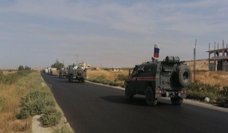 suriyedeki-trk-askerleri-rus-askeri-refakatinde-bazi-noktalardan-geri-cekiliyor2 (1)